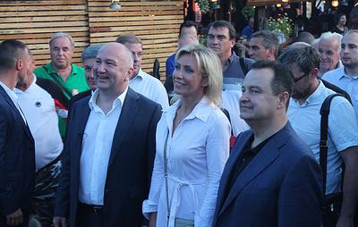 Захаровой в Сербии подарили футболку с изображением Путина