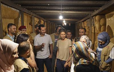 СМИ: Асад посетил галерею, созданную художниками в бывшем бункере боевиков