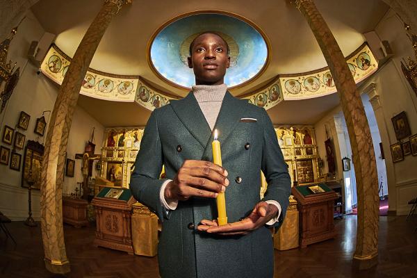 Бренд одежды заставил мужчин в деловых костюмах молиться богу